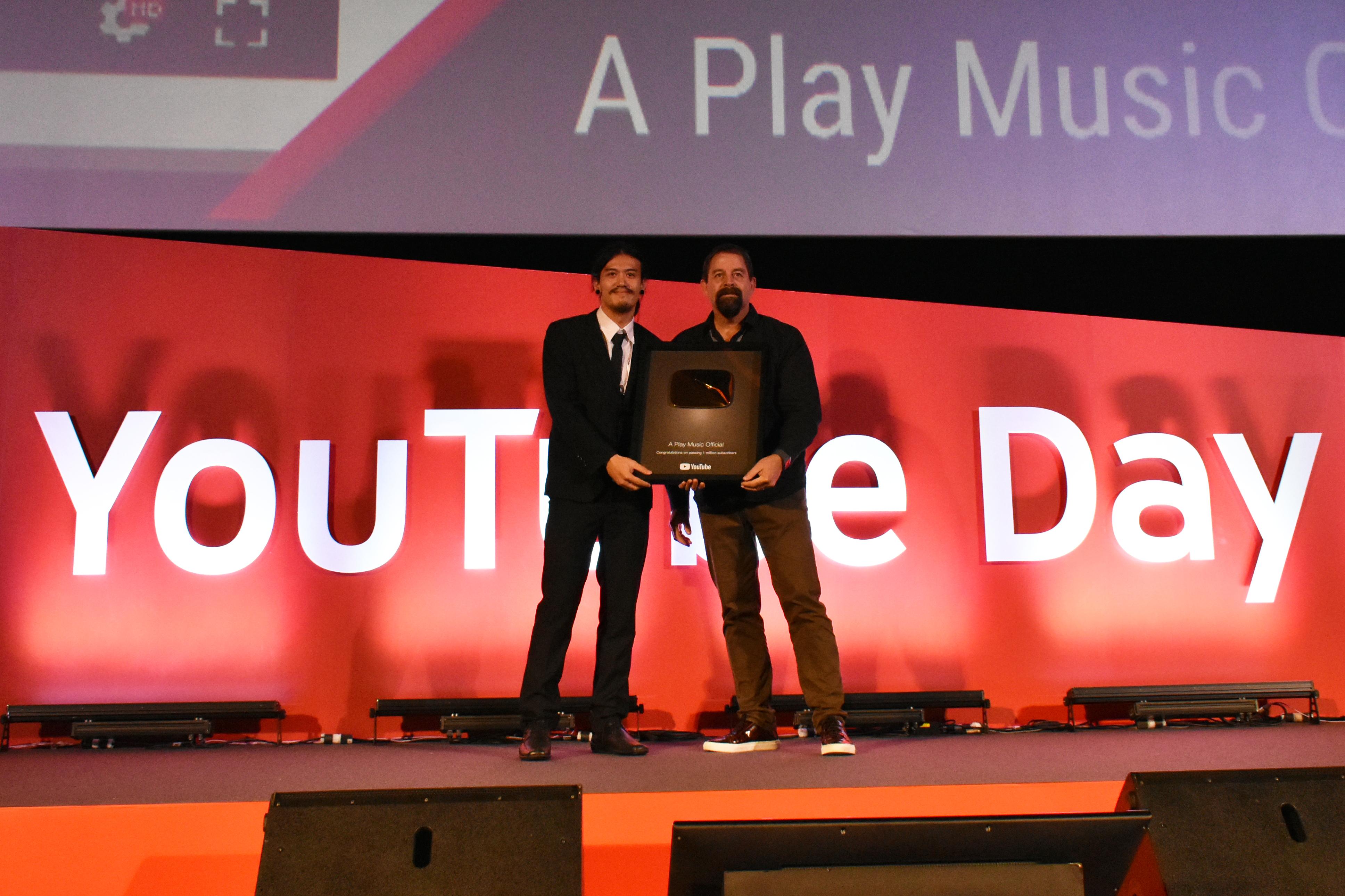 สดๆร้อนๆ อาร์ท นักร้องนำวงT_T(ทีที) เป็นตัวแทนขึ้นรับรางวัล Gold Button ในงาน Youtube Day 2018